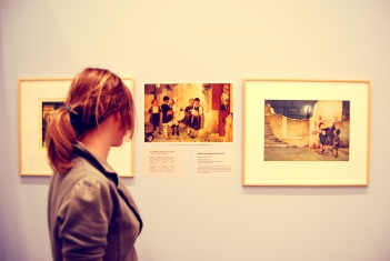 Εγώ μπροστά από τα έργα του Νικόλα Ανδρικόπουλου