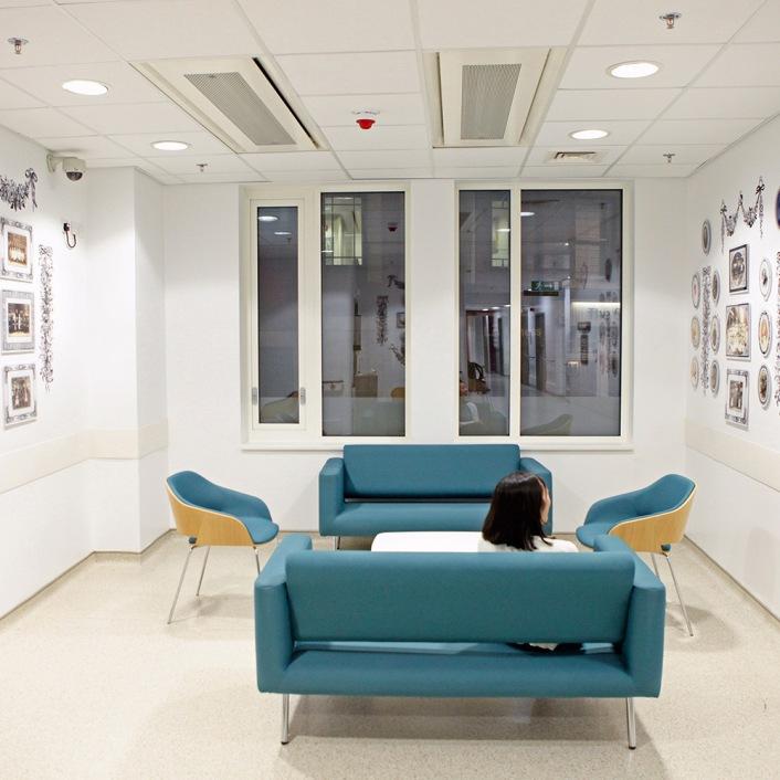 η Catherine Bertola στο Κέντρο Πρόληψης Καρκίνου στο νοσοκομείο του Barts